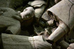 В Китае обнаружили древнюю гробницу с изображением голого божества на стенах