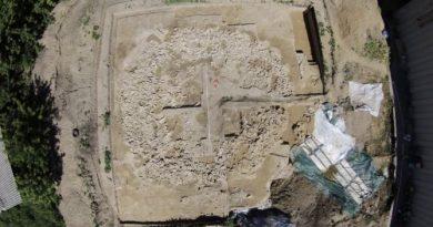 Это одна из самых больших построек ледникового периода из костей мамонта.